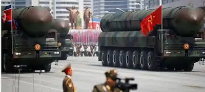 """تكهنات عديدة تسود في أوساط الخبراء بعد مشاهدة صاروخ كوري شمالي جديد عملاق لم يسبق أن عرفوا عنه في الفترة الماضية.    فخلال عرض عسكري ضخم، في بيونغ يانغ أمس السبت بمناسبة الذكرى 75 لتأسيس دولة كوريا الشمالية، كشفت بينغيانغ عن صاروخ باليستي عابر للقارات، قال محللون إنه """"غير مسبوق"""" ولم يظهر من قبل."""