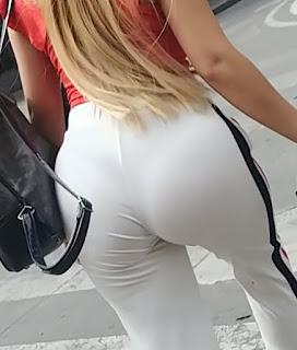 Rubia tanga marcada pantalones yoga