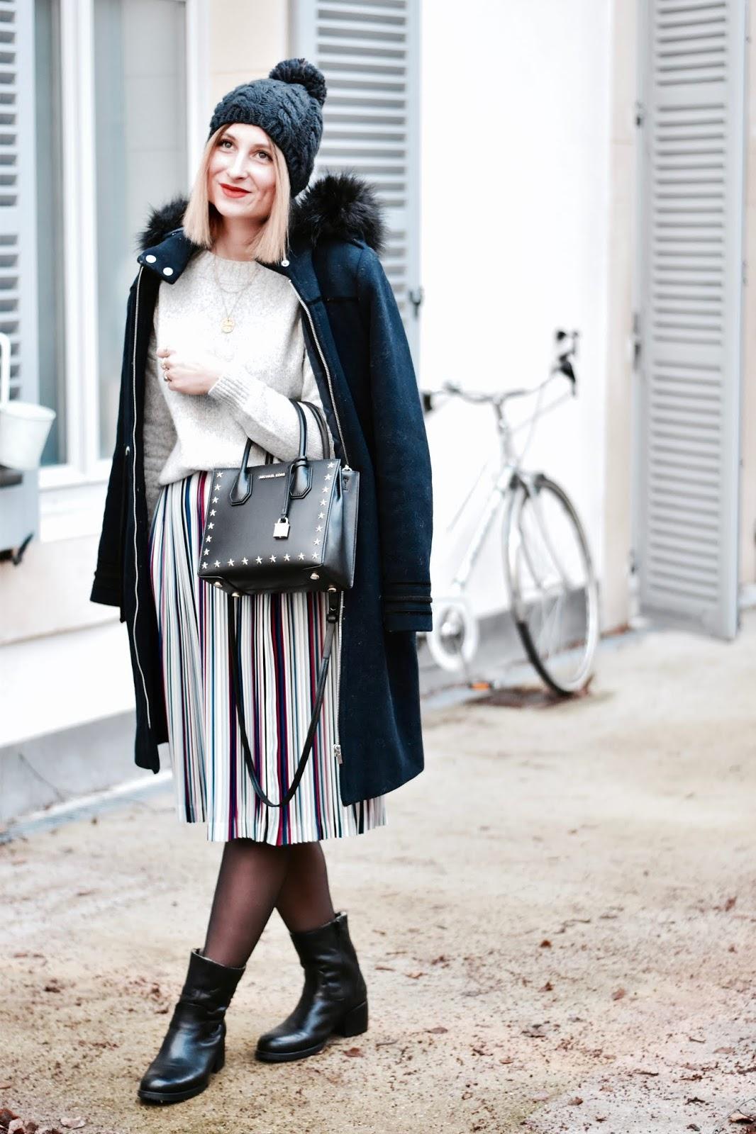 Look femme hiver : manteau long à capuche et jupe midi