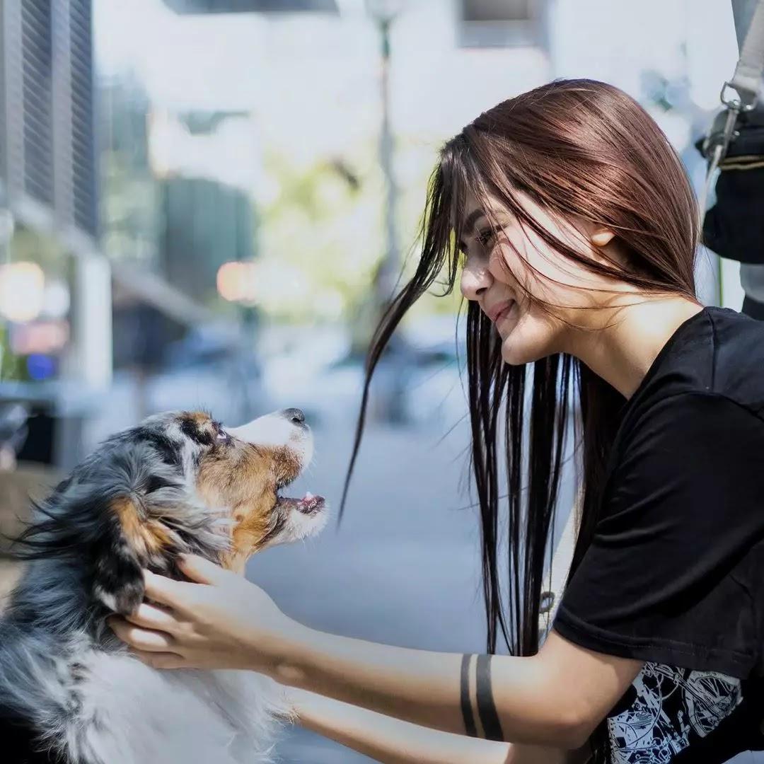 neha jethwani with dog pic