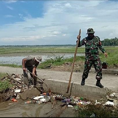 Serka Muzakir Bersihkan Sampah Saluran Irigasi di Gampong Pante Ara