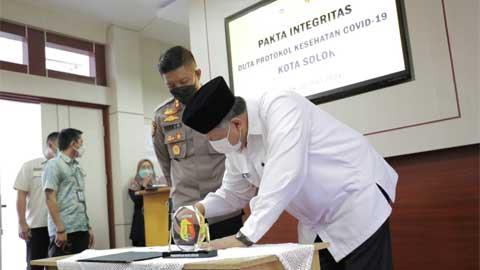 Walikota Solok Tandatangani Pakta Integritas Duta Protokol Kesehatan Covid-19 Kota Solok