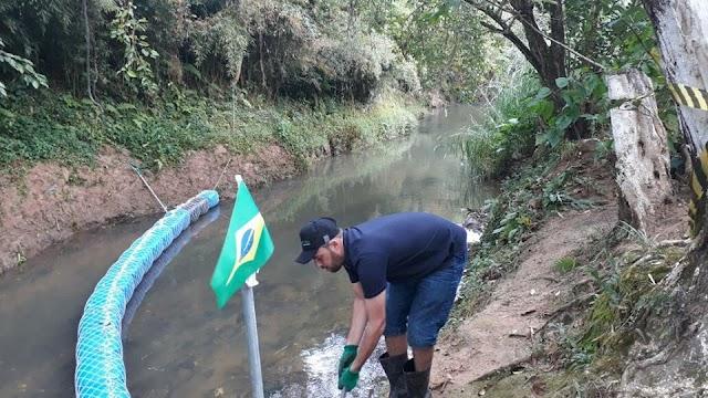 Vendedor de Morangos de Colombo está salvando um dos principais rios da cidade com galões e redes
