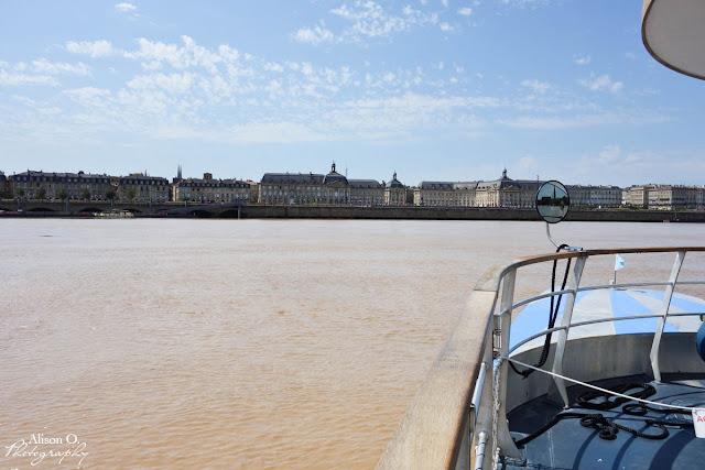 Centre ville de Bordeaux en été - Garonne - Navette Fluviale