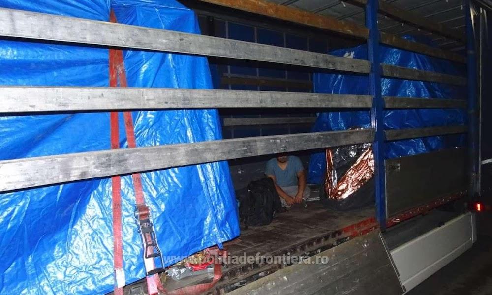 Doi cetățeni sirieni ascunși într-un autocamion, depistați la P.T.F. Calafat