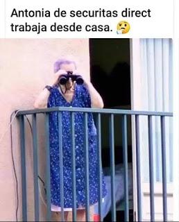 Abuela mirando con prismáticos desde el balcón