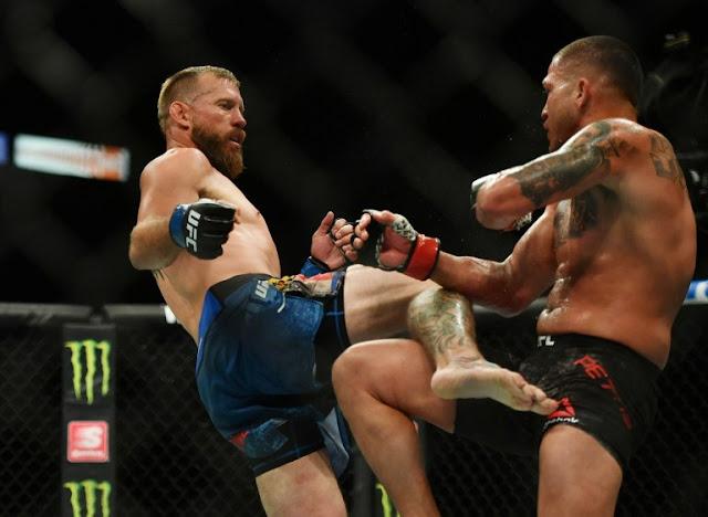 Anthony Pettis kicks Donald Cerone UFC 249