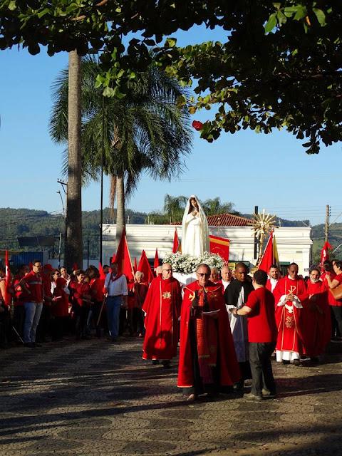 Devotos se reúnem no último dia da Festa do Divino Espírito Santo