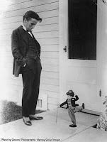 Чарли Чаплин с куклой Бродяги 1