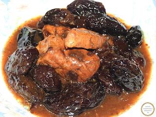 Mancare de prune cu porc reteta taraneasca traditionala de casa dobrogeana cu carne si zahar ars caramel gatita la ceaun retete culinare mancaruri dulci,