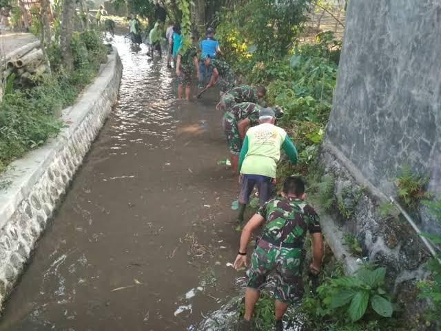 TNI dan Warga Gotong Royong Bersihkan Aliran Sungai di Desa Wonosalam Demak