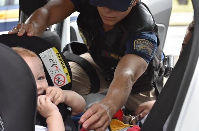cinto de segurança e bebê conforto