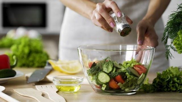 Πώς να ελαττώσετε το αλάτι από τα πιάτα σας