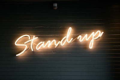 مصطلحات الفعل STAND في اللغة الإنجليزية