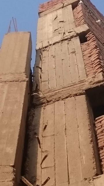 أهالى عقار آيل للسقوط يناشدون محافظ الشرقيه إنقاذهم مؤكدين حفر الصرف الصحى السبب