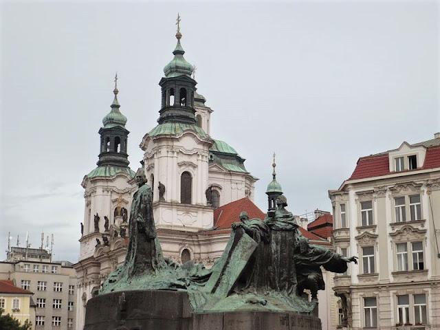 gruppo scultoreo nella Piazza della Città Vecchia a praga
