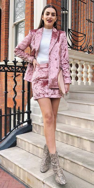 To get the perfect New Year Eve Instagram photo all you need is a trendy outfit and saying cheese. Have a look at these 21 New Year Eve Outfits for Your Next Holiday Party. Holiday Fashion via higiggle.com | Pink blazer + skirt outfits | #holiday #fashion #newyear #christmas
