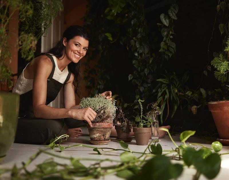 Summer Rayne Oakes podando las plantas en su apartamento de Brooklyn