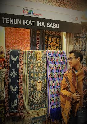 Blogger Eksis berada di booth Tenun Ikat Ina Sabu pada event Telkom Craft Indonesia