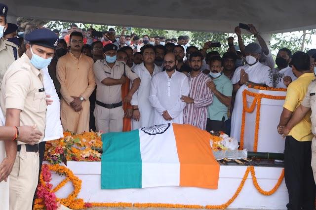 """युद्धवीर अलविदा : """"शान के साथ तिरंगे"""" से लिपटे """"युध्दवीर"""",हर किसी में दिखी बाबा को """"कांधा"""" देने की होड़,पूर्व मंत्री बृजमोहन अंत तक डटे रहे,जवानों ने दी सलामी,राजकीय सम्मान के साथ कलेक्टर एसपी ने दी श्रध्दांजलि,छत्तीसगढ़ का एक ही देव जय जूदेव जय जूदेव के नारों से गूंजता रहा समूचा जशपुर, पूर्व मंत्री गणेश राम भगत ने कहा """"हमने एक मजबूत कंधे को खो दिया,बाबा की कमी हमेशा महसूस होगी"""""""