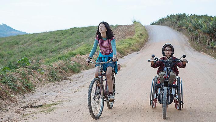 Filme Sobre Rodas: dois pré-adolescentes encontram na amizade a força para superar as dificuldades nesse singelo road movie