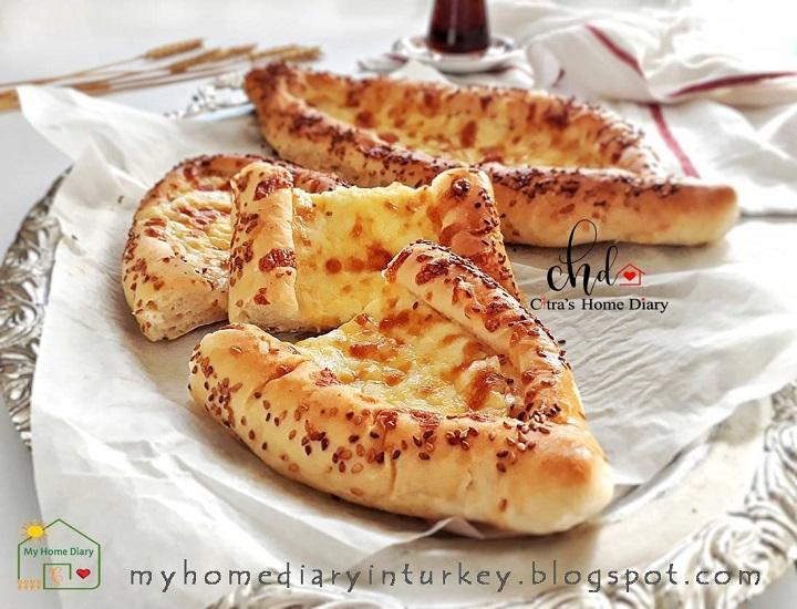 Peynirli pide (pastane usulü) / Turkish Cheesy Pide Bread (soft version) | Çitra's Home Diary. #piderecipe #turkishpide #flatbread #cheesypide #cheesybread #foodphotography #resepmasakanturki #turkishfoodrecipe #breakfast