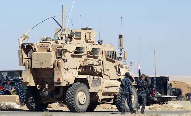 Forças iraquianas seguiam em direção a uma cidade ao sul de Mosul neste sábado, depois que combatentes do Estado Islâmico fugiram usando civis como escudos humanos