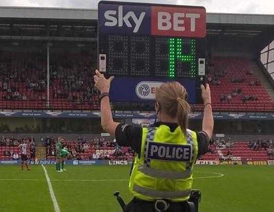 Nice Una Policía Hace De Cuarto árbitro