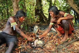 índios preparando peixe