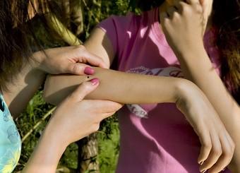 Kleszcze atakują. Sprawdzaj ciało dziecka czy nie ma kleszczy, codziennie! Dlaczego ukąszenie kleszcza jest groźne, borelioza , Kleszczowe Zapalenie Mózgu, Jak usunąć kleszcza? Jak usunąć kleszcza - FILM.