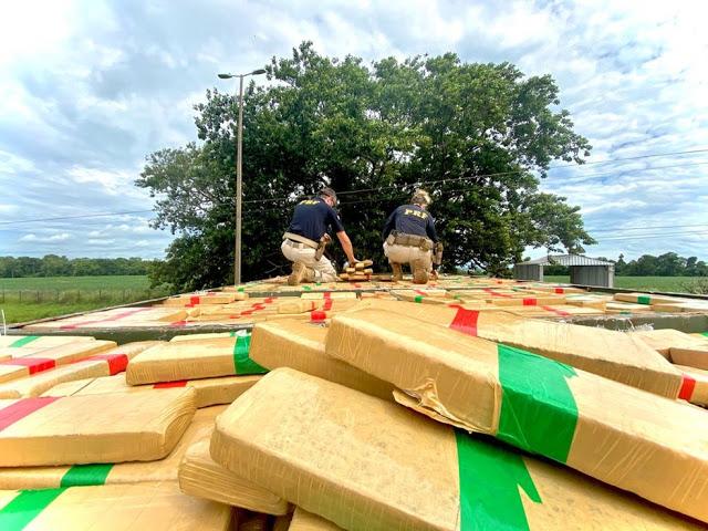 PRF apreende 1,1 tonelada de maconha escondida em caminhão em Santa Terezinha de Itaipu