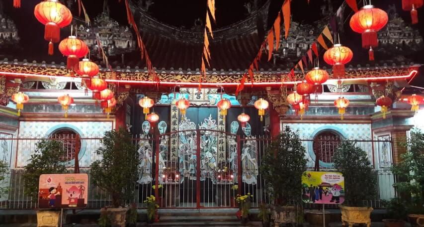 Xung quanh chùa là  hàng rào được xây bằng xi măng