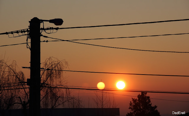 Reflets du soleil levant dans une fenêtre