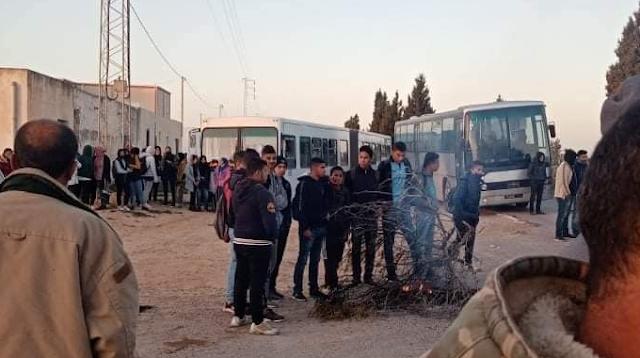 المهدية : الفلاحون يستغيثون احتجاجات وغلق الطريق وحجز 4 حافلات تابعة لشركة النقل بالساحل