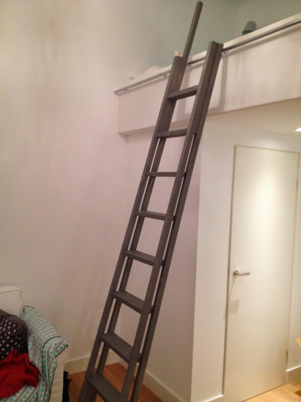 in een woning aan de keizersgracht in amsterdam heb ik een stoere ladder gemaakt die ook nog eens gemakkelijk aan de gewelfde boekenkast in de kamer te