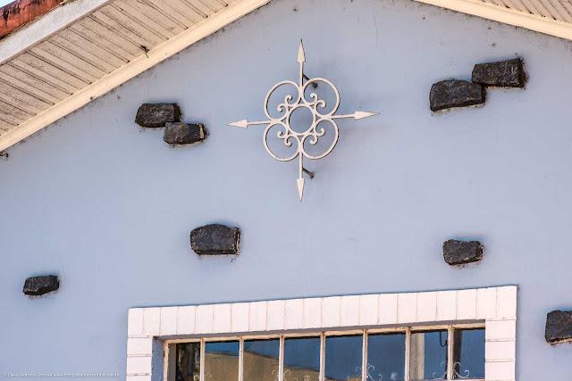 Detlahe mostrando ornamento de ferro em casa no Bacacheri