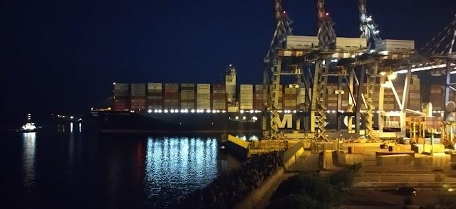 Tra le navi più grandi al mondo, la Gulsum entra in porto anche di notte