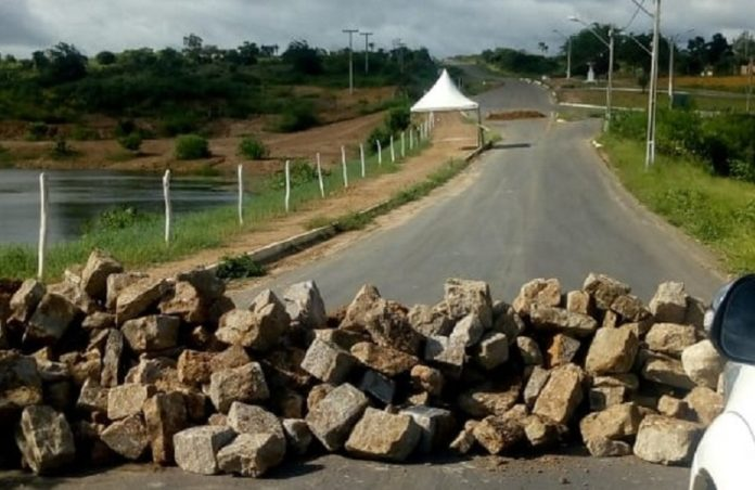 Prefeitura de Planaltino decide fechar via de acesso ao município após caso suspeito de Covid-19