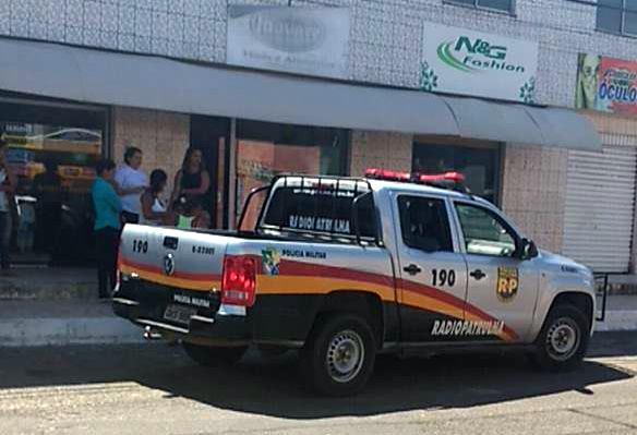 Bandidos apontam arma para criança de 5 anos durante assalto a salão de beleza no João Alves em Socorro.