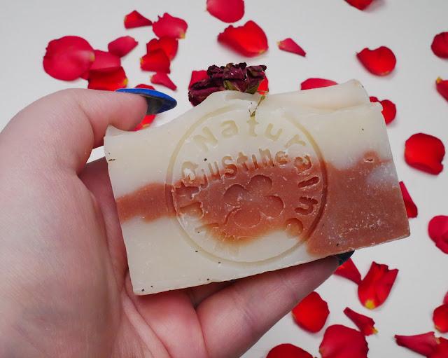 Dlaczego warto używać naturalnych mydeł?  Mają mnóstwo właściwości, które w cudowny sposób wpływają na kondycj ę skóry.