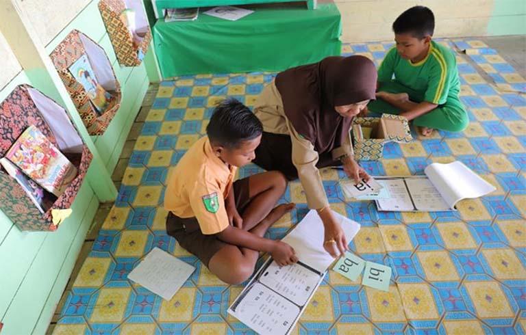 Kisah Seorang Kepala Sekolah Yang Membimbing Siswa Belajar Membaca