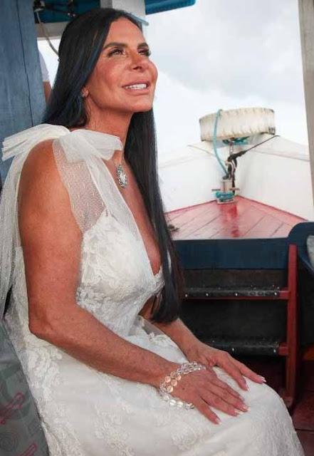 A cantora Gretchen em barca vestida de noiva