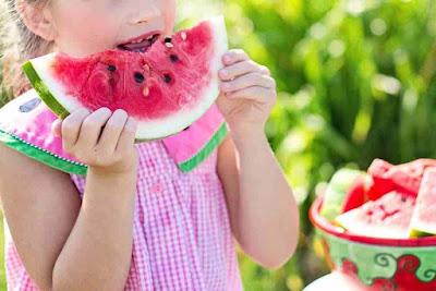 هل البطيخ يسبب غازات