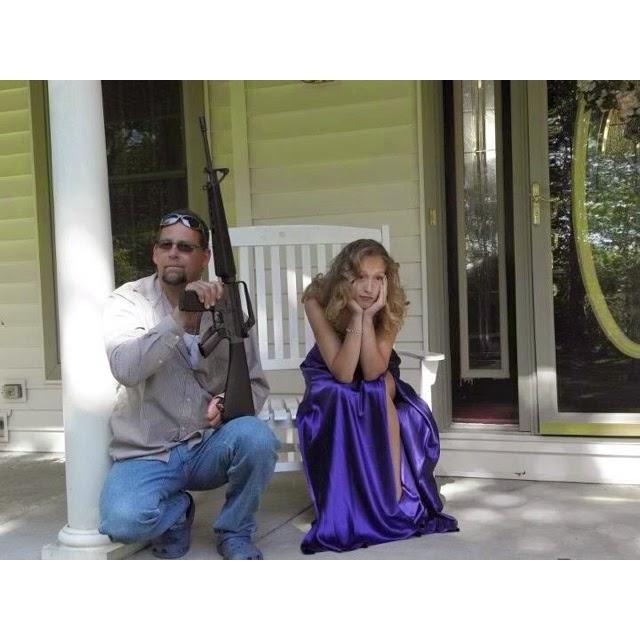 Padre portando un arma mientras espera con su hija a que la busque para el baile de graduacion