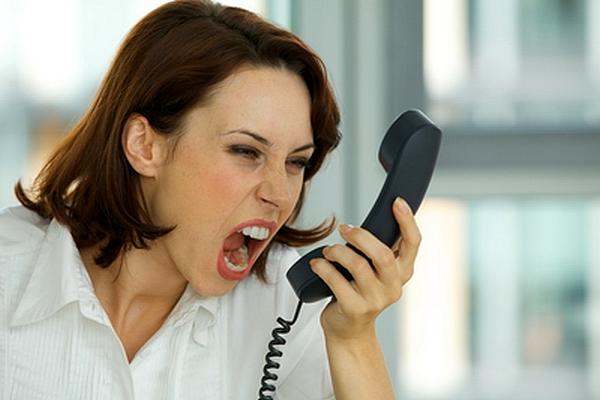 Telefone de advogado. Mulher nervosa gritando ao telefone com seu advogado.