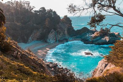 Linda playa con agua cristalina y montañas con playa y arena