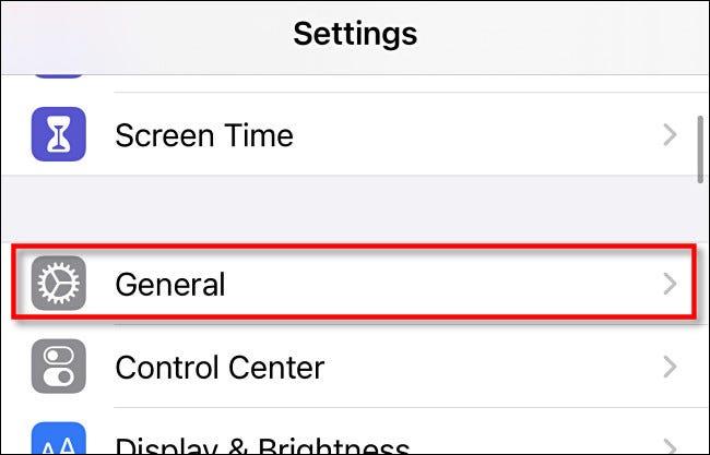"""في """"الإعدادات"""" على iPhone أو iPad ، انقر على """"عام""""."""