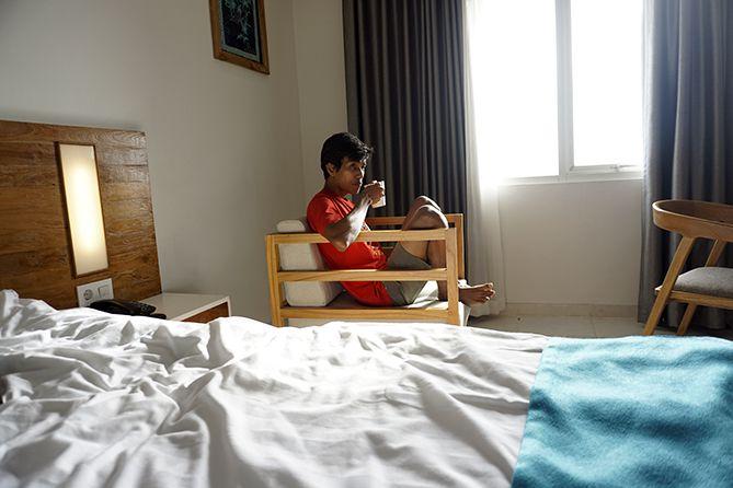 Mengopi di kamar hotel kala pagi