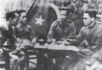 Amir Fatah (paling kanan), pemimpin gerakan DI/TII di Jawa Tengah, sedang berdiskusi dengan rekan seperjuangan.
