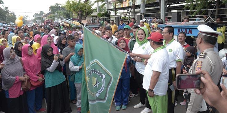 Bupati Karawang melepas peserta gerak jalan kerukunan umat beragama yang diselenggarakan Kemenag Kabupaten Karawang.